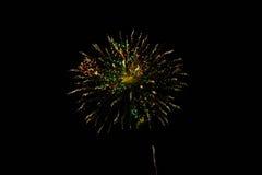 Vuurwerk in de nachthemel Royalty-vrije Stock Afbeeldingen
