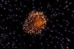 Vuurwerk in de nachthemel stock foto's