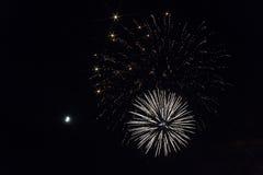 Vuurwerk in de nachthemel Een maand in de donkere hemel Royalty-vrije Stock Foto's