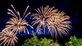 Vuurwerk in de zomer op de waterkant in de vakantie royalty-vrije stock foto's