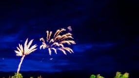 Vuurwerk in de zomer op de waterkant in de vakantie Stock Fotografie