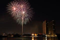 Vuurwerk dichtbij de rivier Royalty-vrije Stock Afbeelding