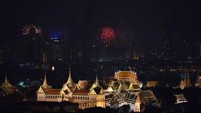 Vuurwerk die achter Groot Paleis in de Stad van Bangkok, Thailand gloeien stock videobeelden