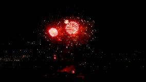 Vuurwerk die in de avond opvlammen stock footage