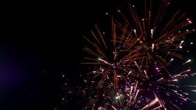 Vuurwerk die in de nachthemel opvlammen Langzame Motie stock videobeelden