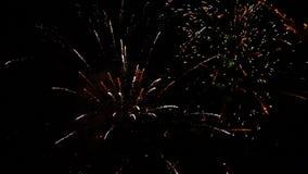 Vuurwerk die in diverse kleuren in de donkere nachthemel exploderen stock video