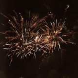 Vuurwerk die in een nachthemel exploderen Royalty-vrije Stock Afbeeldingen