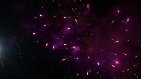 Vuurwerk die in een rokerige hemel exploderen stock video