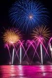Vuurwerk die in het water van Forte-de Pijler van deimarmi nadenken Royalty-vrije Stock Afbeeldingen