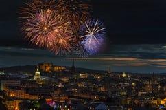 Vuurwerk die over de Stad van Edinburgh glanzen Royalty-vrije Stock Foto