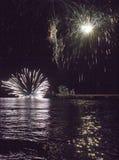 Vuurwerk door het overzees in Marina di Massa Stock Foto