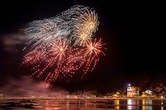 Vuurwerk in dorp Listvyanka op de kust van Meer Baikal Royalty-vrije Stock Foto