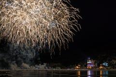 Vuurwerk in dorp Listvyanka op de kust van Meer Baikal Stock Foto's