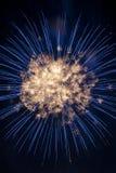 Vuurwerk in een bal van vonken wordt gevangen die royalty-vrije stock foto