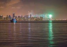 Vuurwerk en de Horizon van Miami voor Nieuwjaar` s Vooravond stock afbeeldingen