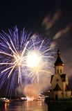 Vuurwerk en kerk op rivier Stock Foto
