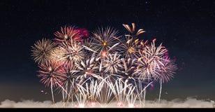 Vuurwerk en sterrige hemel stock foto's