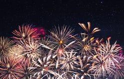 Vuurwerk en sterrige hemel royalty-vrije stock afbeelding