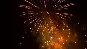 Vuurwerk in gele en rode kleuren stock video