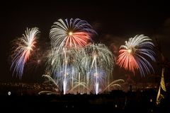 Vuurwerk Grote fonkelingen boven nachtstad Royalty-vrije Stock Afbeelding