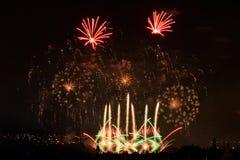 Vuurwerk Grote fonkelingen boven nachtstad Stock Afbeelding
