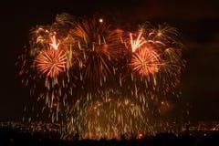 Vuurwerk Grote fonkelingen boven nachtstad Royalty-vrije Stock Foto