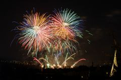 Vuurwerk Grote fonkelingen boven nachtstad Stock Foto's