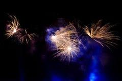 Vuurwerk in hemel bij nacht royalty-vrije stock foto