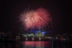 vuurwerk in hemel bij nacht Stock Afbeeldingen