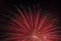 Vuurwerk in hemelen stock afbeelding