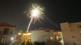 Vuurwerk in kleine stad bij nacht Royalty-vrije Stock Afbeeldingen