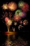 Vuurwerk met Bezinningen Stock Afbeeldingen
