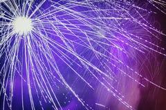Vuurwerk met gevolgen, lawaai, licht en het drijven rookclose-up stock foto