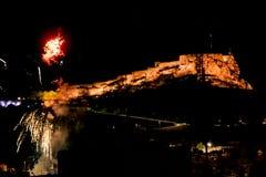 Vuurwerk met het Kasteel van Kerstmanbã ¡ rbara DE Alicante stock afbeelding