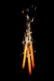 Vuurwerk met lovertjes op zwarte stock foto's
