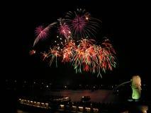 Vuurwerk met merlionstandbeeld Royalty-vrije Stock Foto's