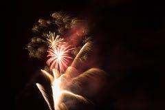 Vuurwerk met uiterst kleine uitbarstingen van heldere geel stock afbeelding