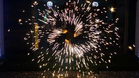 Vuurwerk in mooie nacht royalty-vrije stock afbeelding