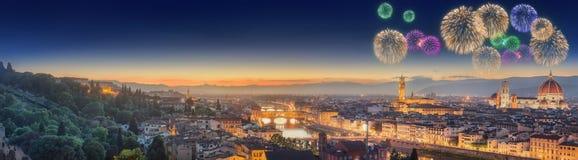 Vuurwerk onder Arno River en Ponte Vecchio stock afbeelding