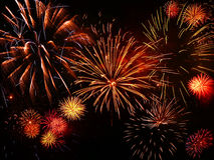 Vuurwerk op de dag van het Nieuwjaar met zuiver zwart BG Royalty-vrije Stock Afbeeldingen