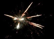 Vuurwerk op de donkere achtergrond Royalty-vrije Stock Afbeeldingen