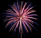 Vuurwerk op de donkere hemelachtergrond, het vuurwerk van de Nieuwjaarviering royalty-vrije stock fotografie