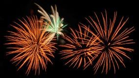 Vuurwerk op de donkere hemelachtergrond, het vuurwerk van de Nieuwjaarviering stock fotografie
