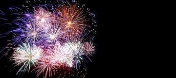 Vuurwerk op de donkere hemelachtergrond, het vuurwerk van de Nieuwjaarviering stock foto's