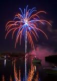 Vuurwerk op de Rivier Stock Afbeelding