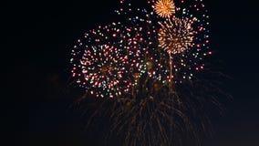 Vuurwerk op de vakantie van de stadsdag, grote uitbarstingen van vuurwerk op de nachthemel Uit nadruk stock fotografie