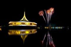 Vuurwerk op de zwarte hemelachtergrond met bezinning over water a Royalty-vrije Stock Foto