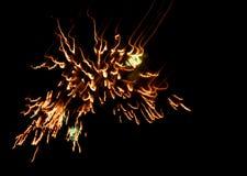 Vuurwerk op donkere hemel Stock Afbeelding