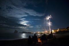 Vuurwerk op hemel in Perce Rock in Quebec royalty-vrije stock fotografie
