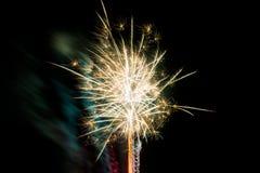 Vuurwerk op Nieuwe Year& x27; s Vooravond Royalty-vrije Stock Afbeeldingen